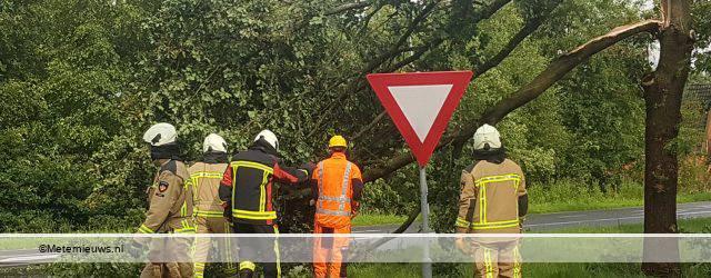 LANGELOO – De bliksem is woensdag tegen de avond in een boom aan de Hoofdweg in langeloo geslagen. Dit gebeurde tijdens een onweersbui. De boom werd hierdoor gehalveerd waardoor de top op de […]