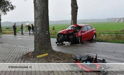 auto tegen boom in zwiggelte