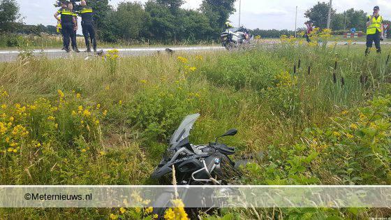 Motorrijder gewond na botsing tegen auto in Emmen.