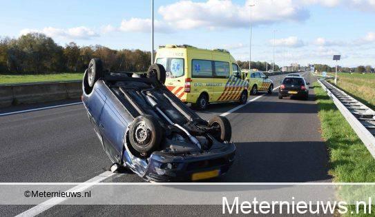 Auto over de kop bij ongeval A28.
