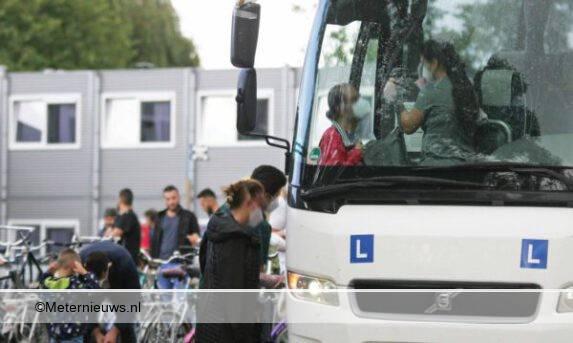 50 met corona besmette asielzoekers per bus overgebracht naar Mu
