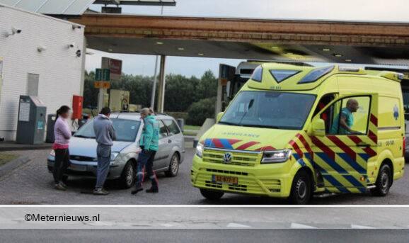 autp botst tegen vrachtwagen in Klazienaveen