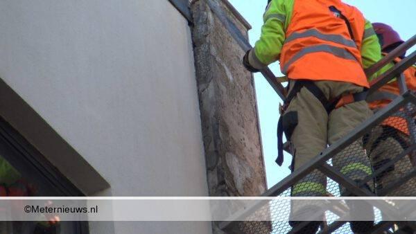 brandweer haalt platen van pand Groningen