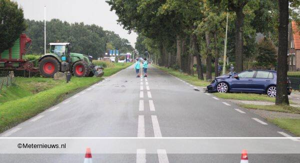 auto botst tegen trekker
