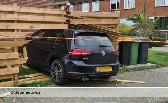 auto door schutting tegen woning in Assen