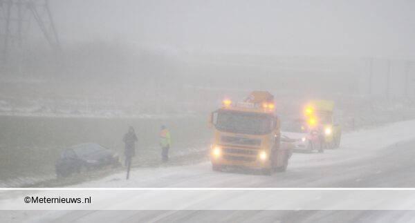 auto van de A28 in sneeuwstorm