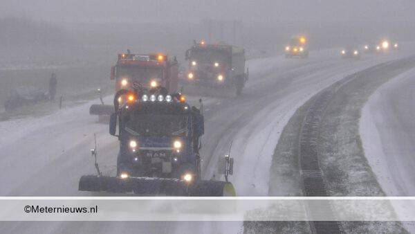 sneeuwschuivers op de A28 bij Assen