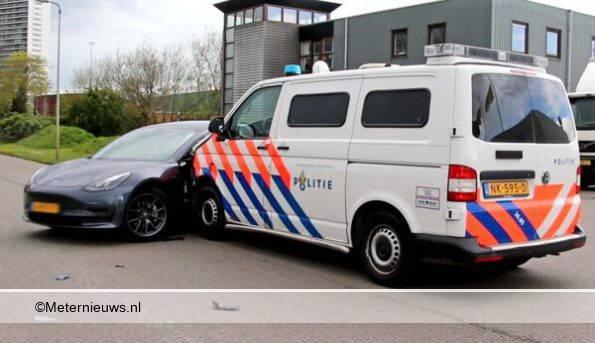 politieauto tegen tesla