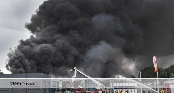 Grote brand in Groningse Veendam legt bedrijf in de as7