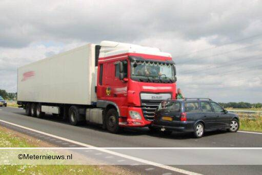 Vrachtwagen botst op personenauto n34 Emmen