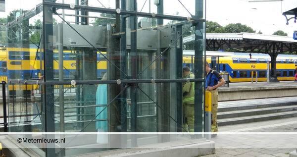vrouw vast in lift Horor lift station Meppel